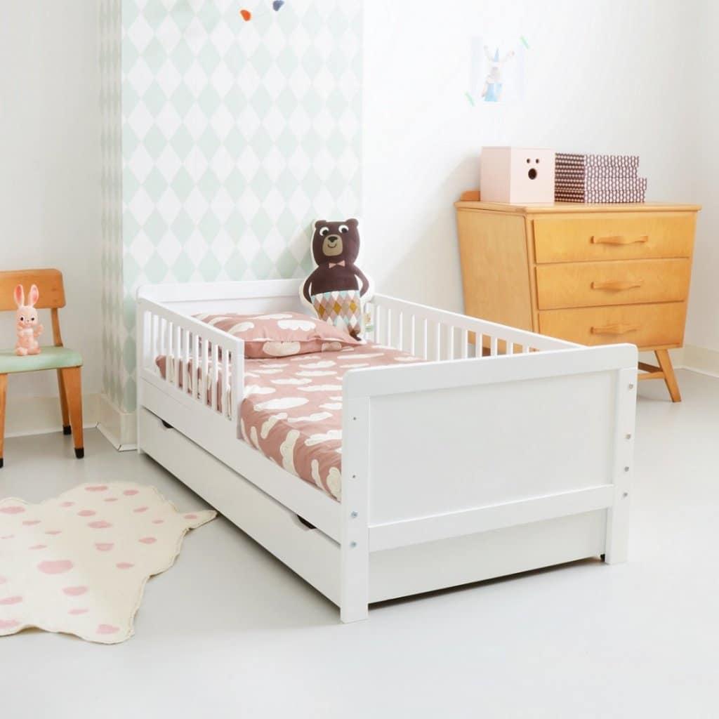 vers le lit d'enfant