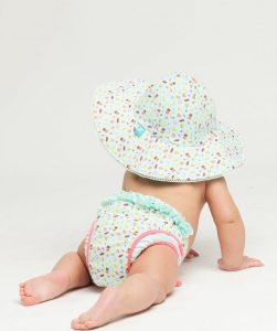 un maillot de bain bébé et une couche étanche