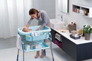 Comment choisir une table à langer avec baignoire